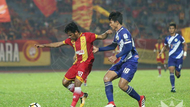 Pemain Selangor FA Ilham Udin Armaiyn (kiri) dan pemain Kuala Lumpur FA Ahmad Jufriyanto (kanan). Copyright: © Ofisial Selangor FA