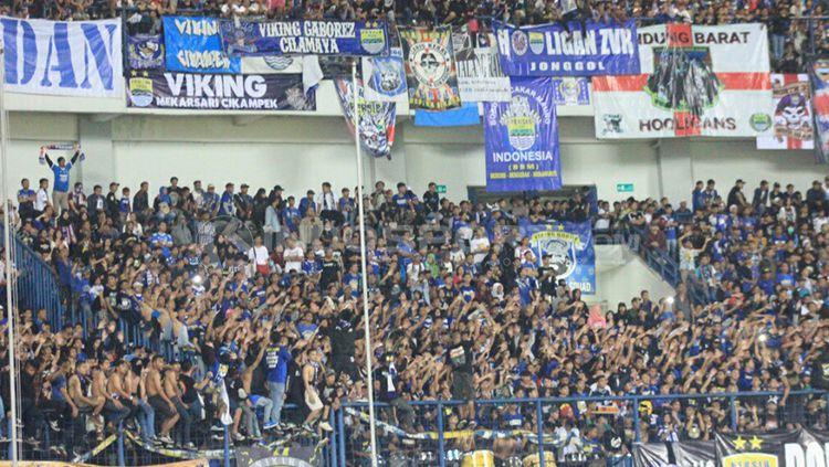Bobotoh penuhi laga Persib Bandung melawan Borneo FC. Copyright: © Aarif Rahman/INDOSPORT