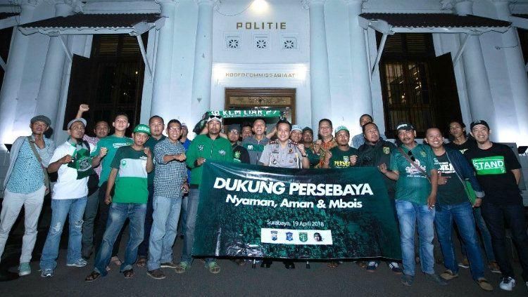 Para Suporter Persebaya Surabaya diimbau untuk hitamkan Stadion Gelora Bung Tomo saat hadapi Sriwijaya. Copyright: © persebaya.id