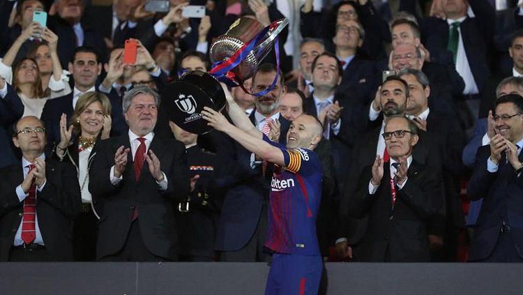 Andres Iniesta saat mengangkat trofi Copa Del Rey. Copyright: © Getty Image