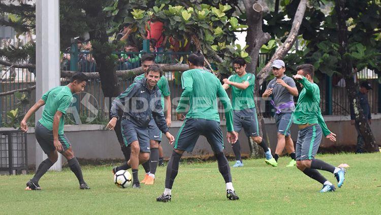 Luis Milla tengah membawa bola dalam sesi latihan untuk mempersiapkan menuju ajang Anniversary Cup 2018. Herry Ibrahim Copyright: © Herry Ibrahim/INDOSPORT