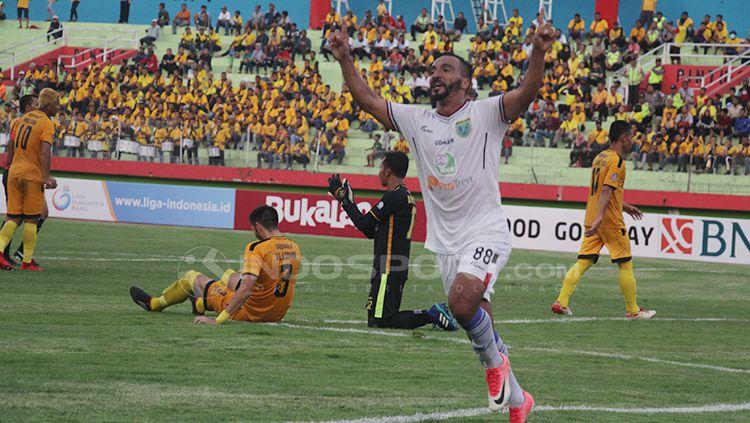 Diego Assis selebrasi usai cetak gol ke gawang Bhayangkara FC. Copyright: © Fitra Herdian/INDOSPORT