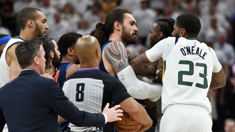 Steven Adams dan Jae Crowder sempat ribut di laga Thunder vs Jazz. Copyright: © Getty Image