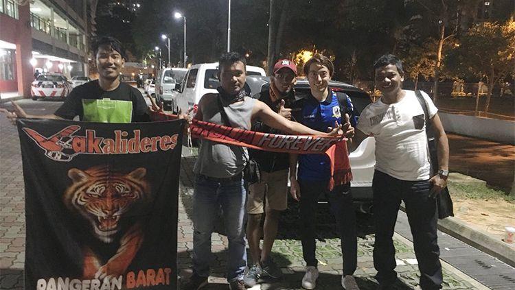 Jakmania saat berfoto dengan pemain Tampines Rovers Copyright: © Twitter/@matts_mo