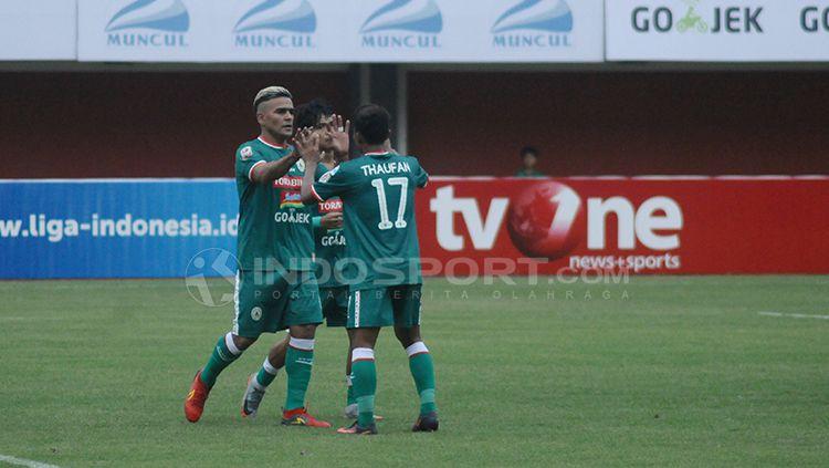 Cristian Gonzales melakukan selebrasi bersama rekan satu timnya. Copyright: © Prima Pribadi/INDOSPORT