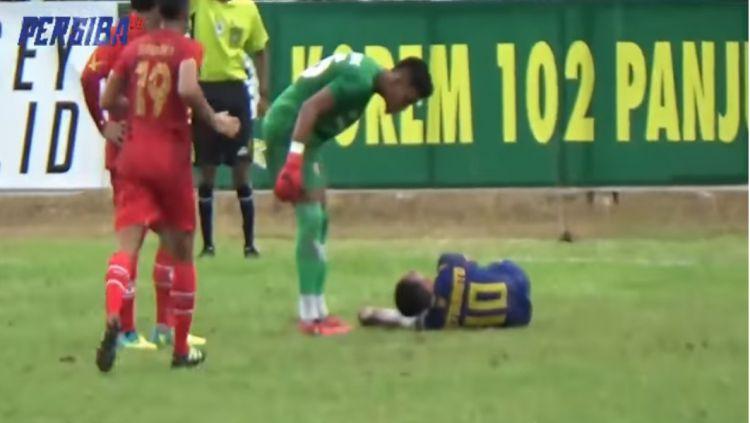 Aksi kurang sportif dari pemain Kalteng Putra kepada pemain Persiba Balikpapan Copyright: © Persiba TV