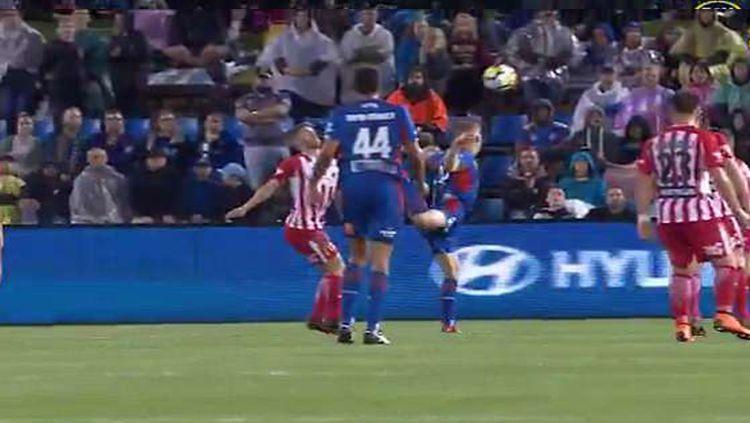 Riley McGree menciptakan gol lewat scorpion kick yang bisa saja diganjat penghargaan FIFA Puskas Award. Copyright: © Daily Mail