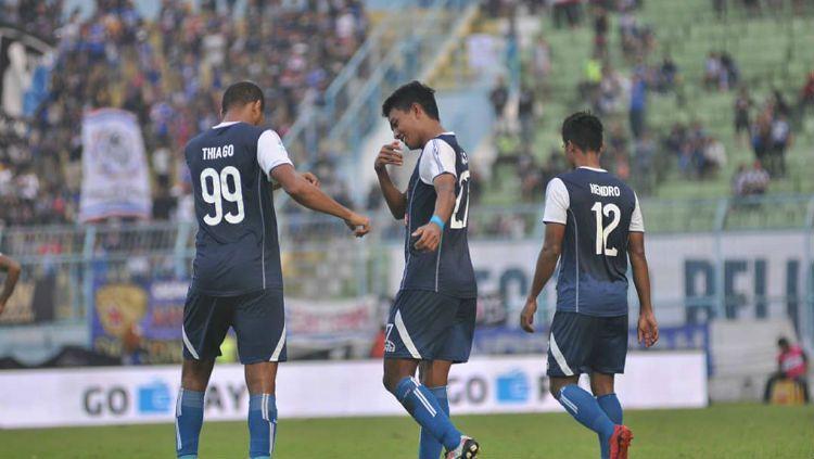 Selebrasi Dedik Setiawan usai cetak gol. Copyright: © instagram.com/aremafcofficial/