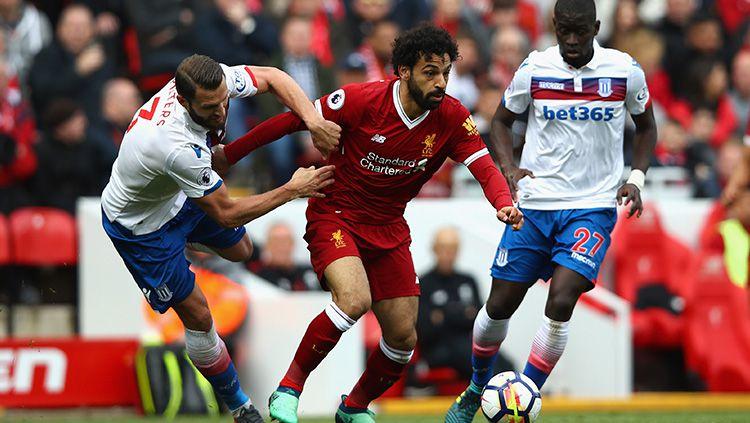 Dua pemain Stoke City kawal ketat Mohamed Salah