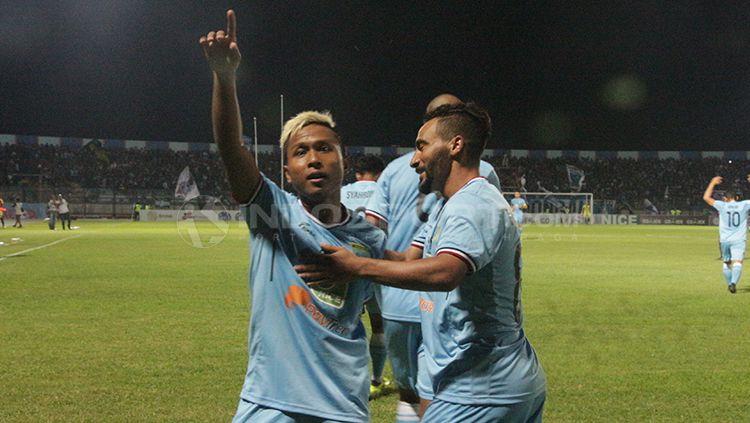Mohammad Fahmi Al-Ayyubi (kiri) merayakan gol bersama rekan satu timnya. Copyright: © Fitra Herdian/INDOSPORT