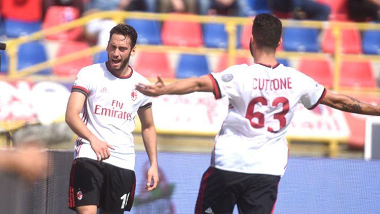 Playmaker andal AC Milan, Hakan Calhanoglu menjadi incaran dua klub besar. Rossoneri pun siap menjualnya. Copyright: © Getty Image