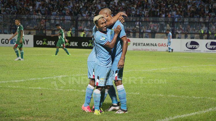 Mohammad Fahmi Al-Ayyubi dan Loris Arnaud merayakan gol. Copyright: © Fitra Herdian/INDOSPORT