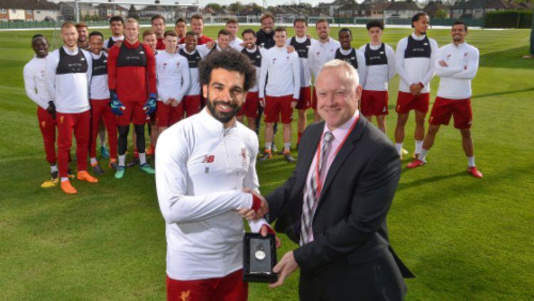 Mohamed Salah berfoto dengan penghargaan PFA. Copyright: © Liverpool