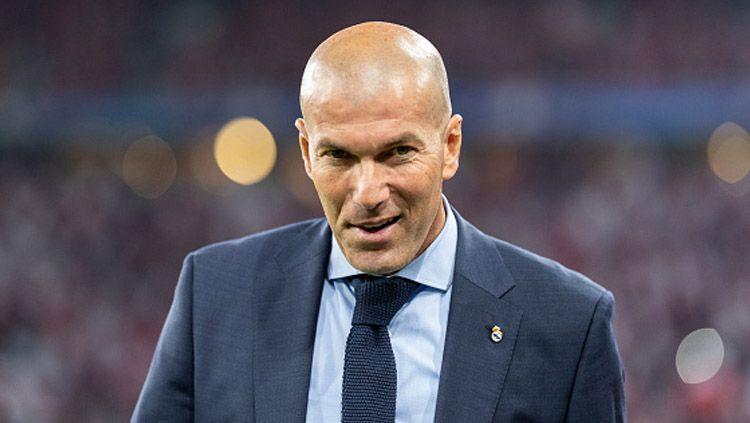Zinedine Zidane, pelatih Real Madrid pecahkan rekor baru ketika bawa hasil manis di laga LaLiga Spanyol bertajuk El Clasico. Sementara itu, Barcelona malah perpanjang kutukan yang diderita Lionel Messi. Copyright: © INDOSPORT