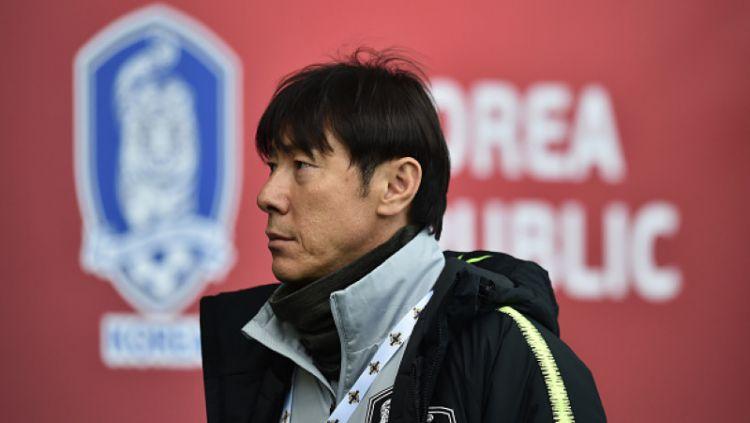 Shin Tae-yong menolak tawaran dari klub Liga Jepang (J-League) dan Liga Super China demi menukangi Timnas Indonesia. Copyright: © INDOSPORT
