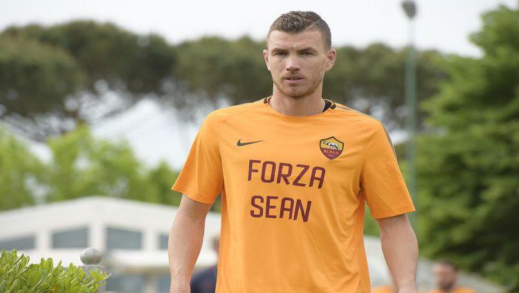 Edin Dzeko menggunakan jersey bertuliskan Forza Sean Copyright: © AS Roma