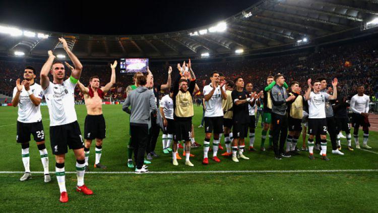 Skuat Liverpool memberikan tanda terima kasih ke tribun Kopites Copyright: © INDOSPORT
