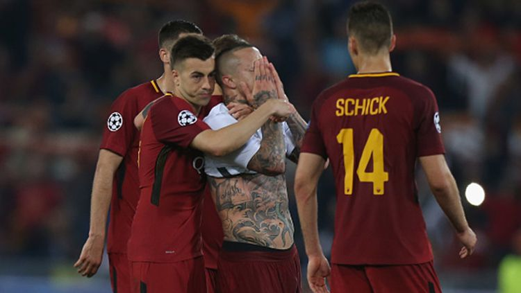 Para pemain AS Roma tampak kecewa setelah gagal lolos ke final Liga Champions 2018. Copyright: © INDOSPORT