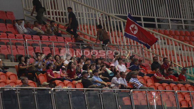 Para suporter Korea Utara yang mendukung langsung ke Stadion Pakansari. Herry Ibrahim Copyright: © Herry Ibrahim/INDOSPORT
