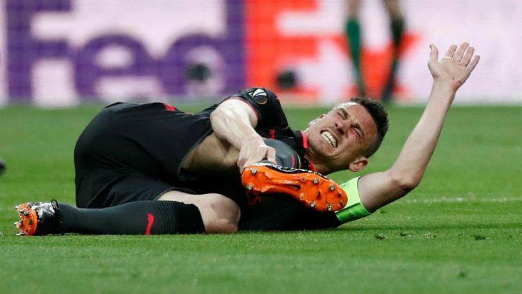 Laurent Koscielny merintih di lapangan pasca gagal melakukan marking pada Diego Costa Copyright: © The Sun