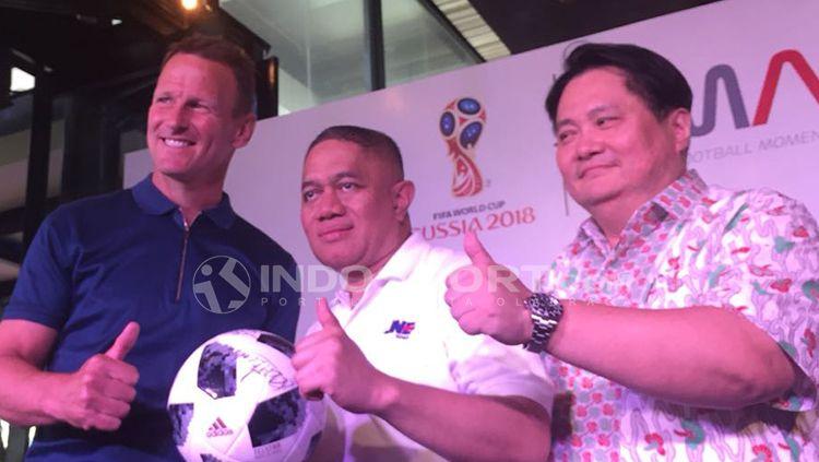 Teddy Sheringham (kiri), M. Feriadi (Presiden Direktur JNE) (tengah), dan David Kim (kanan) (ketua Futbal Momentum Asia) Copyright: © Alfia Fafilla/INDOSPORT