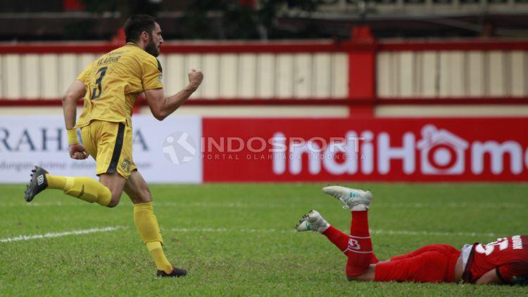 Selebrasi pemain BFC, Vladimir Vujovic usai mencetak gol penyama ke gawang PS TIRA. Copyright: © INDOSPORT/Herry Ibrahim