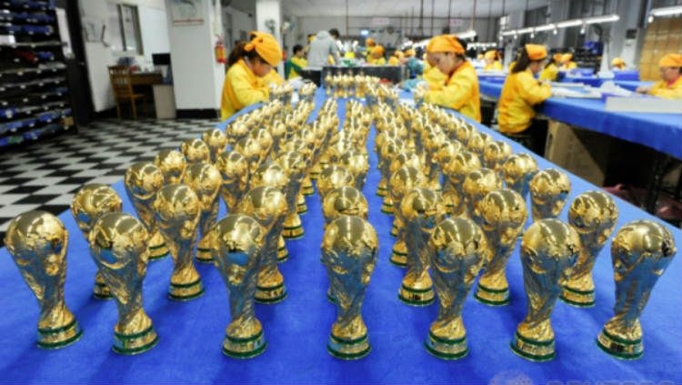 Miniatur Trofi Piala Dunia. Copyright: © Reuters