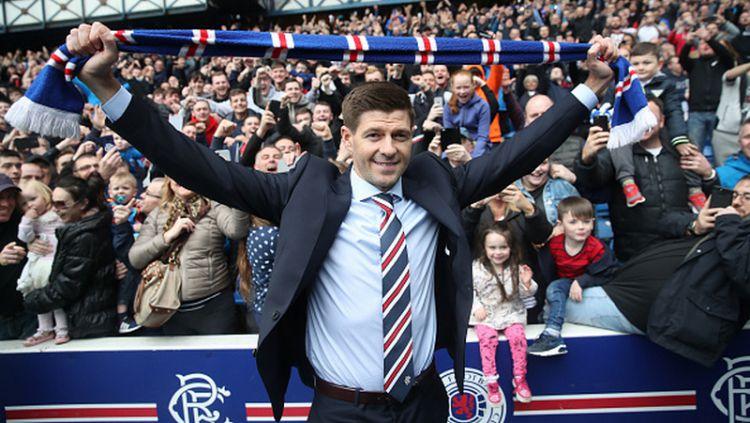 Steven Gerrard mendapat tawaran kontrak baru dari Glasgow Rangers setelah tampil bagus di kompetisi Liga Europa 2019-2020. Copyright: © INDOSPORT