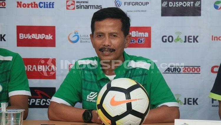 Djajang Nurdjaman saat jumpa pers. Copyright: © Kesuma.R/INDOSPORT