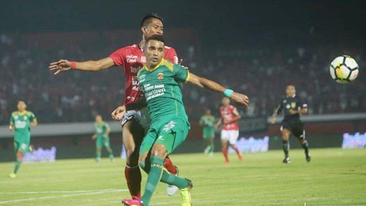 Beto Goncalves menghalau pemain Bali United. Copyright: © sriwijayafc.id