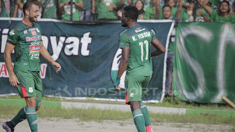 Wilfreid Yessoh akan melakukan selebrasi bersama rekan satu timnya. Copyright: © Kesuma Ramadhan/INDOSPORT
