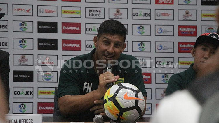 Pelatih Persebaya, Angel Alfredo Vera. Copyright: © Fitra Herdian/INDOSPORT