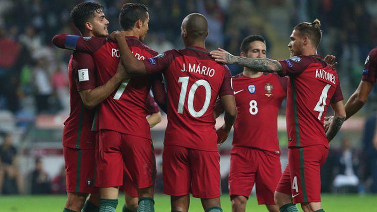 Andres Iniesta saat membawa bola mendapat gangguan dari pemain Tunisia. Copyright: © INDOSPORT