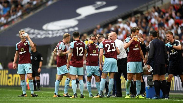 Sean Dyche dan para pemain Burnley Copyright: © Reuters