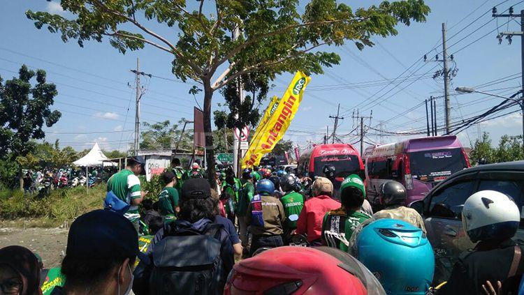 Bonek rela macet-macetan untuk sampai stadion Gelora Bung Tomo . Copyright: © Fitra Herdian/INDOSPORT