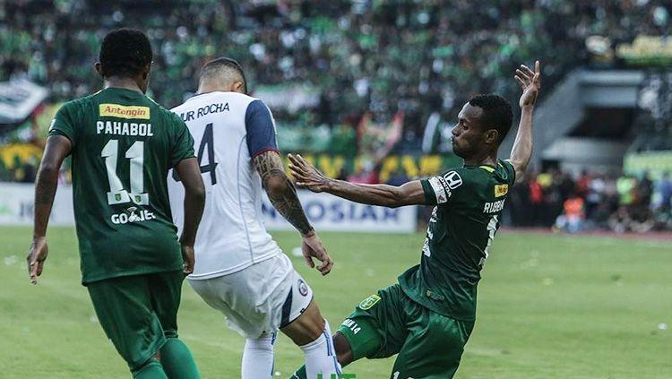 Arthur Cunha dikawal ketat dua pemain Persebaya Surabaya. Copyright: © Persebaya Surabaya