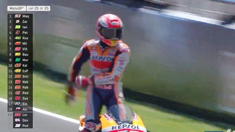 Marc Marquez lakukau selebrasi di atas motor setelah dirinya berhasil finish pertama di Moto GP Spanyol. Copyright: © MotoGP
