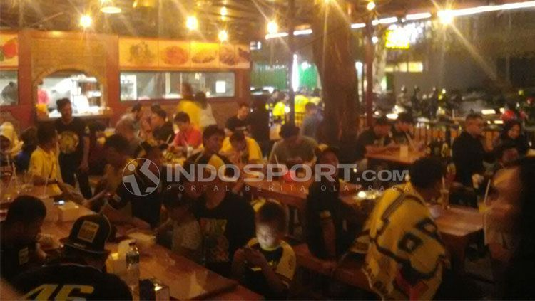 Suasana Nonton Bareng Fan Club Valentino Rossi Indonesia di Cafe & Resto Tebet 39, Jakarta Selatan. Copyright: © Tiyo Bayu Nugroho/INDOSPORT