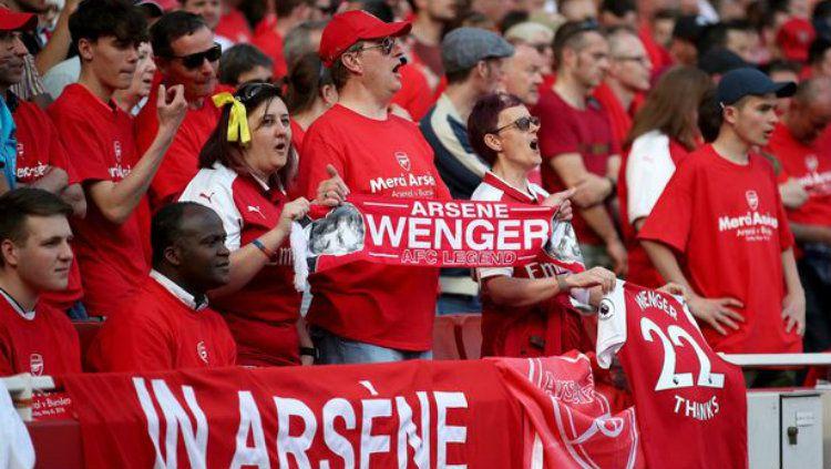 Penghormatan fans Arsenal ke Arsene Wenger. Copyright: © Mirror