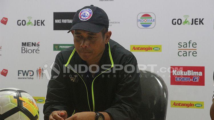 Joko Susilo dan saat konferensi pers. Copyright: © Fitra Herdian/INDOSPORT