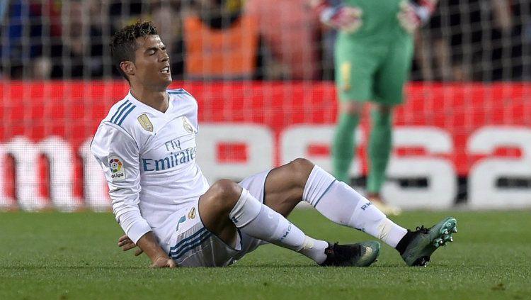 Cristiano Ronaldo mengalami cedera ankle saat bersua Barcelona. Copyright: © Twitter