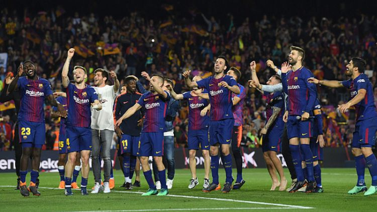 Skuat Barcelona merayakan keberhasilan menahan Real Madrid di Camp Nou. Copyright: © INDOSPORT