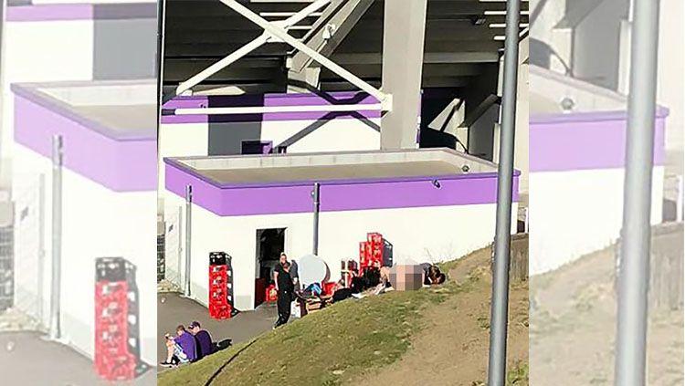 Sepasang Kekasih Kedapatan Mesum di Stadion Copyright: © https://www.thesun.co.uk