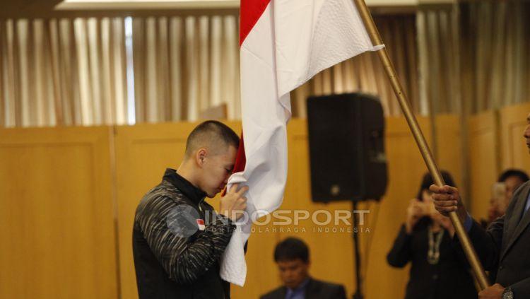 Pemain ganda putra, Marcus Fernaldi Gideon mencium bendera Merah Putih. Copyright: © INDOSPORT/Herry Ibrahim