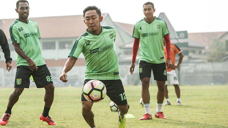 Irfan Jaya saat tiba di Samarinda. Copyright: © Media Persebaya
