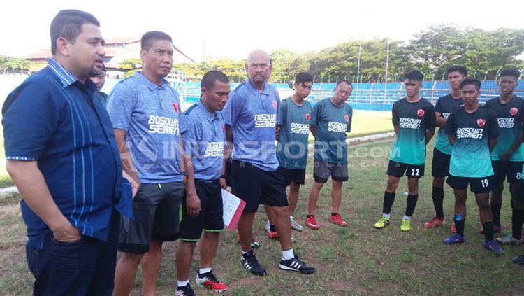 Eks pelatih Persib di latihan PSM Makassar. Copyright: © Wira Wahyu Utama/INDOSPORT