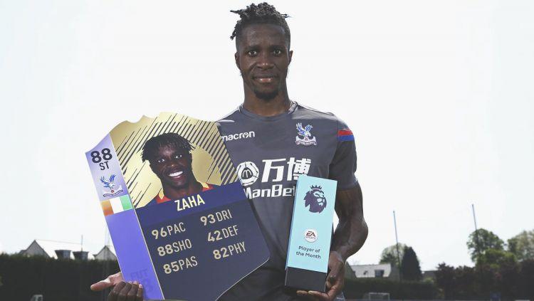 Wilfried Zaha meraih penghargaan pemain terbaik di Bulan April 2018. Copyright: © twitter.com/FourFourTweet