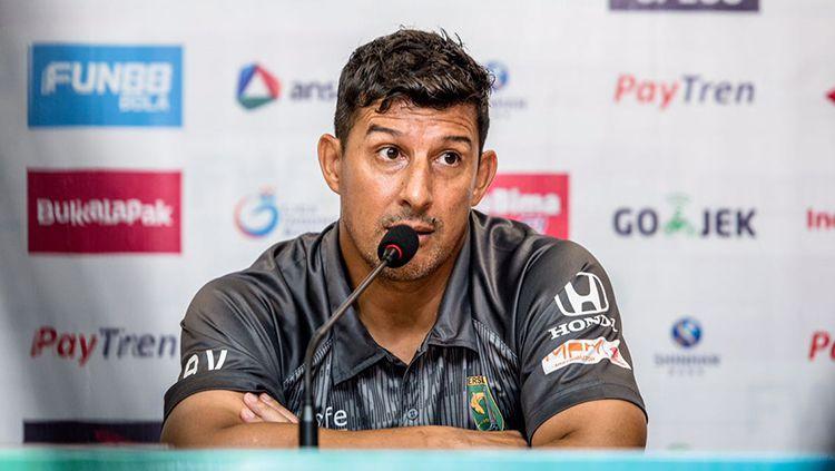 Angel Alfredo Vera dalam jumpa pers. Copyright: © Media Persebaya