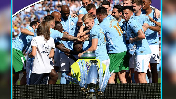 Skuat Man City saat merayakan gelar juara Liga Primer Inggris 2017/18. Copyright: © INDOSPORT