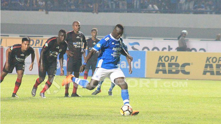 Ezechiel N'Douassel mengeksekusi penalti. Copyright: © Arif Rahman/INDOSPORT